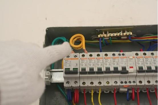 入户主线路连接不牢固,容易产生电火花引发火灾,产生干扰导致空气开关